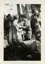 PHOTO ANCIENNE - VINTAGE SNAPSHOT - MILITAIRE INFIRMIER MÉDECIN VACCINATION 1947