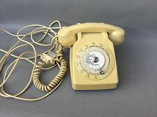 Ancien téléphone à cadran PTT de couleur beige collection déco vintage