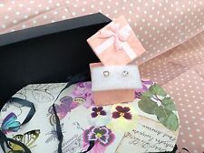Diamante pendientes de estilo en caja de regalo pequeñas en color plata nueva