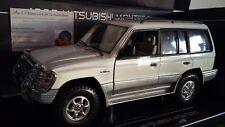 MITSUBISHI MONTERO LONG 3.5 V6 4X4 blanc au 1/18 voiture miniature SUN STAR 1228