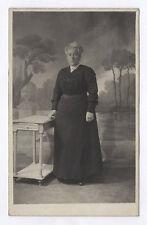 CARTE PHOTO Décor Toile peinte Postcard RPPC 1910 Femme Mode Robe Bijoux Deuil