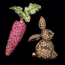 Zwei Broschen im Set: Hase und Karotte mit bunten Kristallen besetzt, goldfarben