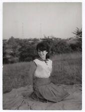 PHOTO ANCIENNE MODE FASHION Femme allongée dans l'herbe vers 1960 Robe Coiffure