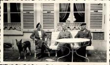 snapshot femme assise avec chien berger mode bourgeoise table vers 1930 chasse