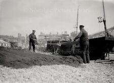GN 594 HASTINGS FISHERMAN ATTENDING NETS c 1919
