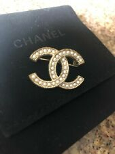 CHANEL Faux Pearl CC Brooch Pin Matte Brushed Gold Small