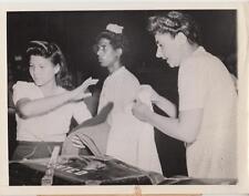 Doris Nyland and Sadie Wilhott of NYC sort their clothing -  Press Photo