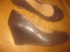 CL BY LAUNDRY BROWN LEATHER WEDGE HEELS NEW SZ 6M ELEGANT DESIGN
