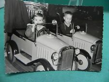 altes Privatfoto Tretauto aus Blech im Kinderkarusell Jahrmarkt Kirmes Karusell
