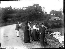 Groupe hommes femmes pique nique - ancien négatif verre photo - an. 1910 1920