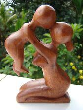 Statuette abstraite Maman et Bébé en bois massif sculpté main.