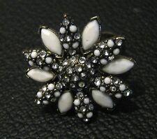 Splendido Anello D'Argento Tono in metallo con una forma di fiore con petali bianchi