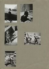Lot 5 photos anciennes collées  extrait d'album - Vieille femme enfants creusant