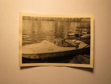 Frau mit Sonnenbrille auf einem Boot - Tretboot / Foto