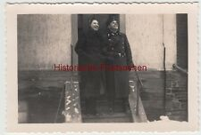 (F13606) Orig. Foto deutscher Soldat mit Frau vor Hauseingang 1939