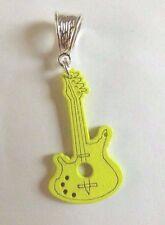 pendentif argenté guitare en bois jaune 35x20 mm