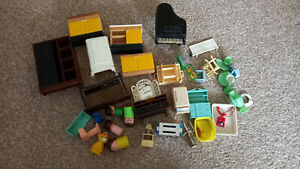 LOT OF DOLLS HOUSE FURNITURE – VARIOUS PLASTIC ITEMS PIANO TELEPHONE CANDLE ETC