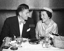RONALD & NANCY REAGAN AT HONEYMOON DINNER IN 1952 - 8X10 PUBLICITY PHOTO (AZ923)