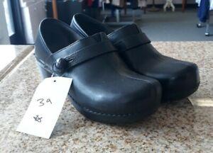 Women's Dansko Classic Black Leather Clogs sz 39 Excellent Condition