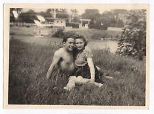 PHOTO ANCIENNE Couple Amoureux Love Torse nu Main Vers 1940 Herbe Portrait