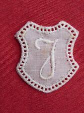 ancien monogramme initiale pour linge lettre J blanc broderie plumetis dentelle