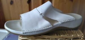 CLARKS WHITE LEATHER LADIES SANDALS MULES SLIDERS UK 8 WORN ONCE