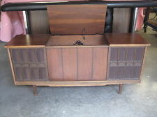 MIDCENTURY VINTAGE  STEREO AMFM RADIO  PHONOGRAPH  CONSOLE  CREDENZA   WALNUT