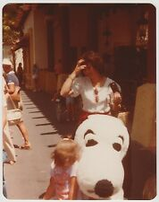 VINTAGE 70s PHOTO Mom w/ Camera & Little Girl w/ Snoopy At Knott's Berry Farm
