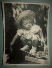 PHOTO D'ART DE 1952 . FILLETTE BEBE CHAPEAU . 23x17 cm . SNAPSHOT VINTAGE (N°1)