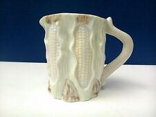 Bonita Jarra de porcelana con decoracion en relieve, 30cl.