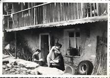snapshot homme avec bandage sur la tête femme qui lit devant maison 1940 - 1950