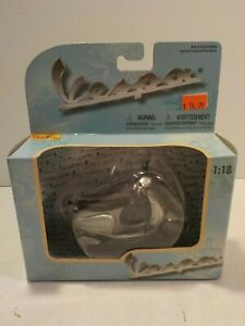 N RARE MAISTO 1:18 VESPA Scooter Special Edition licensed DIECAST MODEL Silver B
