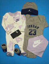 Nike/Jordan Bebé Niñas 5-pc Conjunto de Regalo: Mono, Traje, Babero, Tapa & Botines .0-6M