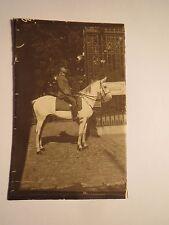 Soldat in Uniform auf einem Pferd vor Tor mit Schild Generalstab / Foto