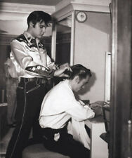 Elvis Presley UNSIGNED photograph - L2279 - Giving a haircut!!! - NEW IMAGE!!!