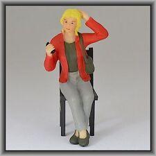 Dingler Handbemalte Figur Polyresin Spur 1 Frau sitzend, rote Jacke (100211-03)