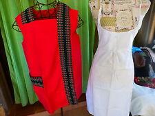 lot=femme  blouse rouge  artisanale et tablier de soubrette blanc neuf