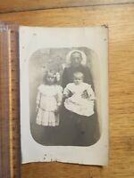 PHOTO ANCIENNE REF 183 - CPA Femme coiffe assise avec bébé et petite fille