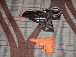 VINTAGE SPACE CLACKER GUN AND ORANGE GUN RUDDER 1950'S TOY