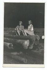 BM666 Carte Photo vintage card RPPC Femme assise sur troc d'arbre Robe été