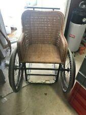 vieux fauteuil roulant en osier datant de la première guerre mondiale.