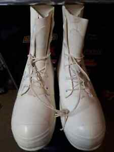 U.S G.I. MICKEY MOUSE BUNNY BOOTS 10 REGULAR White NEW usually fits size 11 shoe