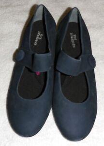 BNWOT Ladies sz8 Ros Hommerson navy blue shoes