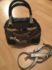 Guess Amour Tasche Handtasche taupe Steppmuster mit Charm-Anhänger