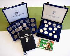 D93- 14 Silber-Gedenkmünzen FIFA WM aus versch. Ländern u. Jahren / Sammelboxen