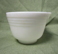HAMILTON BEACH Pyrex Small Milk Glass Mixing Bowl w/ Spout 4.75in Tall