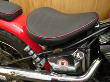 Motorradsattel/Bobber Seat/Büffel-Imitat,schwarz,roter Keder,ca. 32 cm breit,