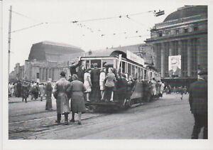 Ansichtskarte: Trittbrettfahrer auf Straßenbahn vor dem Leipziger Hauptbahnhof