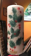 CHRISTMAS BIG HOLLIES HAND DECORATED PILLAR CANDLE 90hrs 18x6.5cm