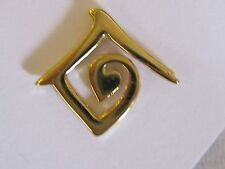 Goldtone Metal Pin Canada United Nations Heart Center